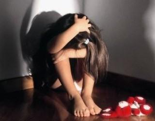 Vendevano le tre figlie per rapporti sessuali, arrestati genitori a Cosenza. In manette anche un anziano
