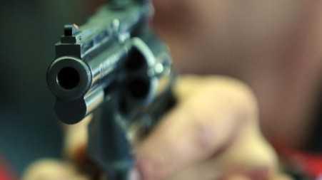 Sette colpi di pistola contro un insegnante a Vibo Valentia. A sparare la madre della fidanzata
