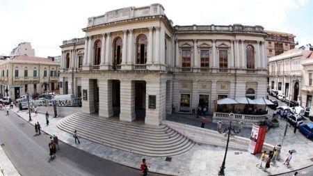 Paura a Reggio, un uomo ha sparato davanti al teatro Cilea dove si sta svolgendo il congresso Md con il ministro Orlando