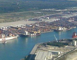 Maxi sequestro di prodotti contraffatti al porto di Gioia Tauro