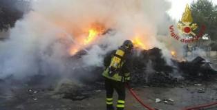 rifiuti in fiamme a crotone
