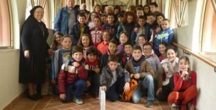 Diocesi_Lamezia_Terme_-Don_Pino_Latelli_e_Suor_Corradina_con_i_ragazzi_in_posa_-_Platania