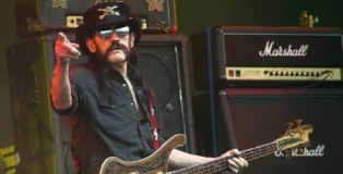 26jun2015---lemmy-kilmister-vocalista-e-baixista-do-motorhead-durante-show-no-festival-glastonbury-1435362133008_956x500
