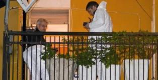 Gli inquirenti sul balcone dell'appartamento in cui si e' consumato il duplice omicidio a San Lorenzo del Vallo, Cosenza, 16 febbraio 2011. Rosellina Intrieri, di 45 anni, e la figlia Barbara Intrieri, di 26, sono state uccise a colpi di fucile perche' imparentate con Aldo De Marco che il 17 gennaio scorso uccise, al termine di un lite per motivi di parcheggio, Domenico Presta, figlio del boss latitante Franco. Ieri e' rimasto ferito ad una spalla ed al bacino un altro figlio di Rosellina, Silos De Marco, di 24 anni. ANSA  FRANCESCO ARENA