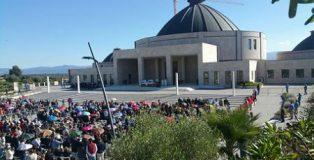 Folla di pellegrini al parco della Fondazione Cuore Immacolato di Maria rifugio delle Anime nella frazione Paravati in occasione del settimo anniversario della morte di Natuzza Evolo.