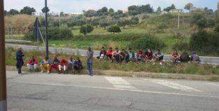 Protesta migranti su Statale 106