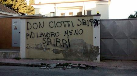 Locri, offese a Don Ciotti e alle forze dell'ordine Dopo la visita di Mattarella scritte inquietanti sui muri della città. L'indignazione del mondo calabrese